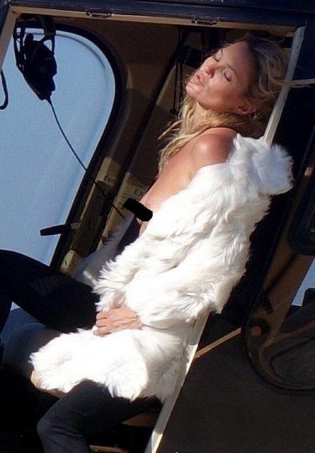 Кейт Мосс показала голую грудь на вертолете - фото 63406