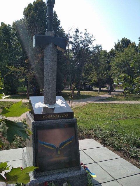 В Киеве установили новый памятник бойцам АТО - фото 66810