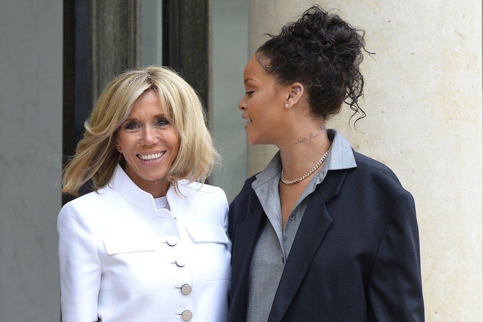 Первая леди Франции Брижит Макрон с певицей Рианной - фото 68170