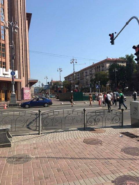 Жителей столицы шокировала абсолютно голая девушка, гуляющая по Киеву: видео - фото 62866