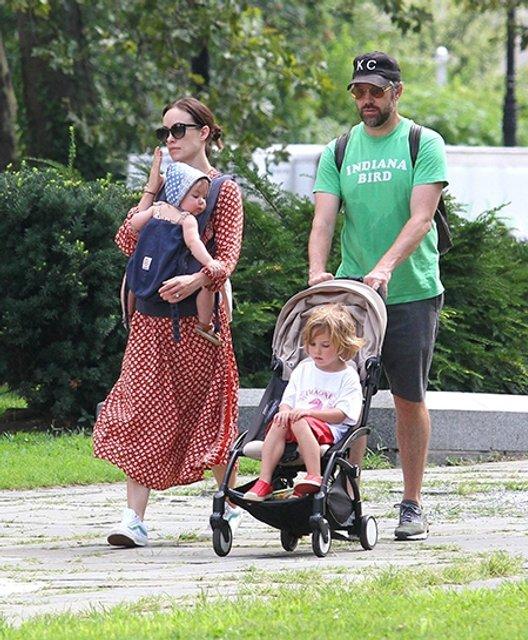 Оливия Уайлд и Джейсон Судейкис впервые вышли на прогулку со всеми детьми - фото 68287