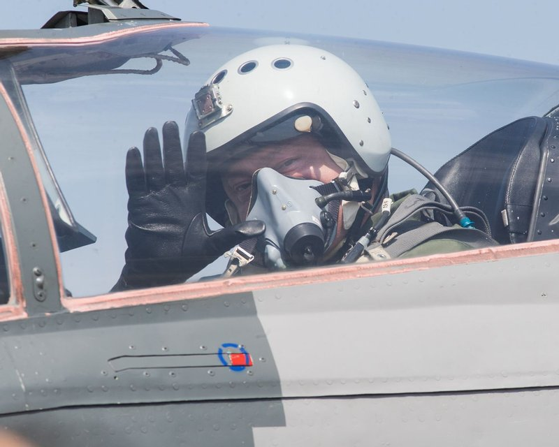 Петр Порошенко прилетел в Винницу на истребителе МИГ-29 - фото 63862