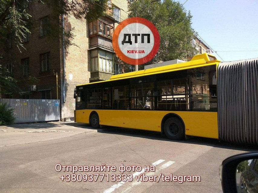 В Киеве троллейбус на полном ходу врезался в стену жилого дома - фото 63632