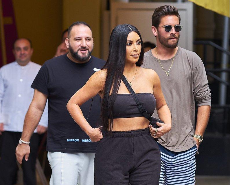 Ким Кардашян показала грудь в топе без белья - фото 63327