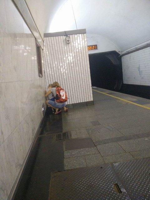 Яжемать сводила ребенка в туалет посреди станции метро - фото 63441