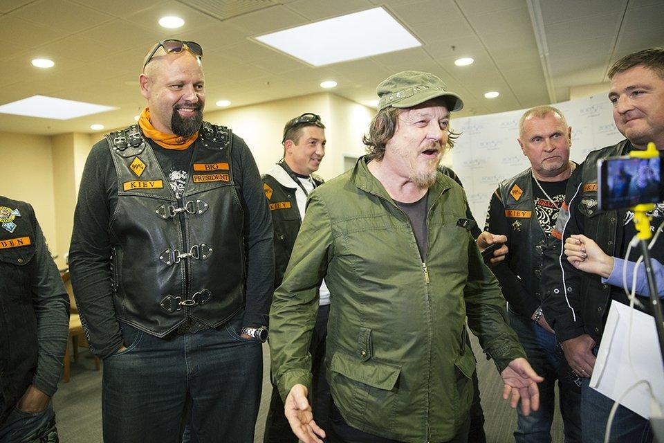 Рок-звезду Zucchero в аэропорту растрогали украинские байкеры - фото 73817