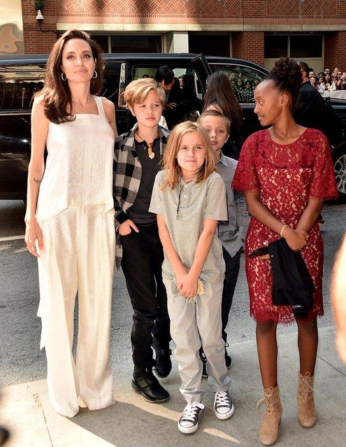 Улыбающаяся Анджелина Джоли с детьми приехала на кинофестиваль в Торонто - фото 73017