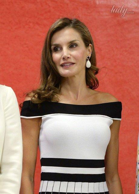 В плиссированном платье с открытыми плечами: Испанская королева Летиция в новом образе - фото 73068