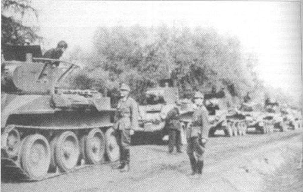 Радянські танкісти та німецькі піхотинці на околиці Львова - фото 70861