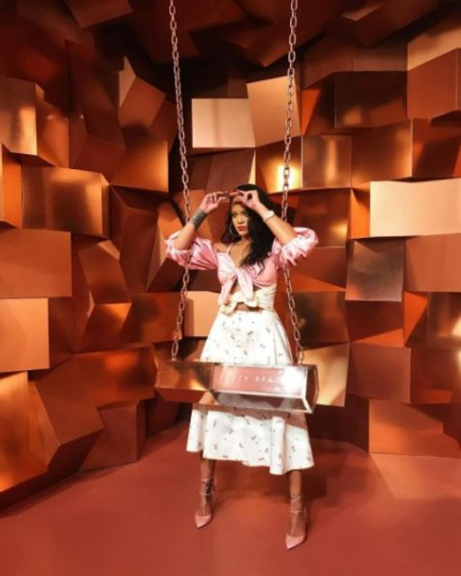 Рианна представила свою линию косметики в платье украинского дизайнера - фото 76273