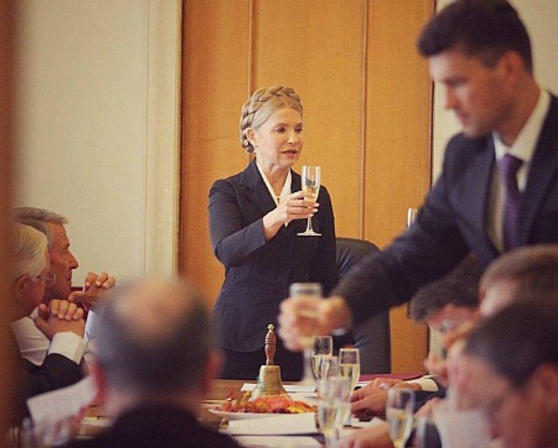 Фракция Тимошенко обмыла начало работы Рады шампанским прямо на работе (фото) - фото 71673