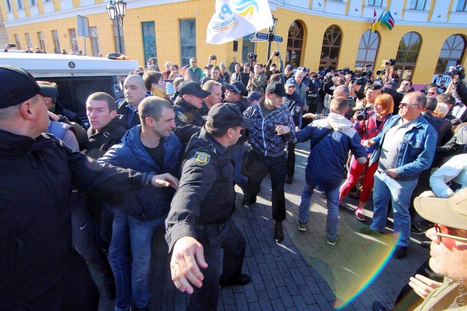 В Одессе закончился митинг Саакашвили у памятника Дюку - фото 77679
