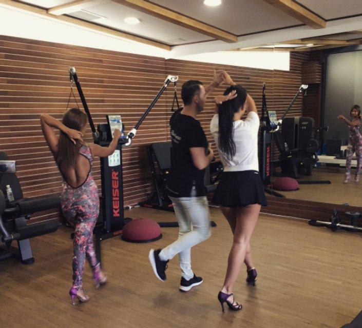 Девушка Роналду продолжает танцы с круглым животиком - фото 76013