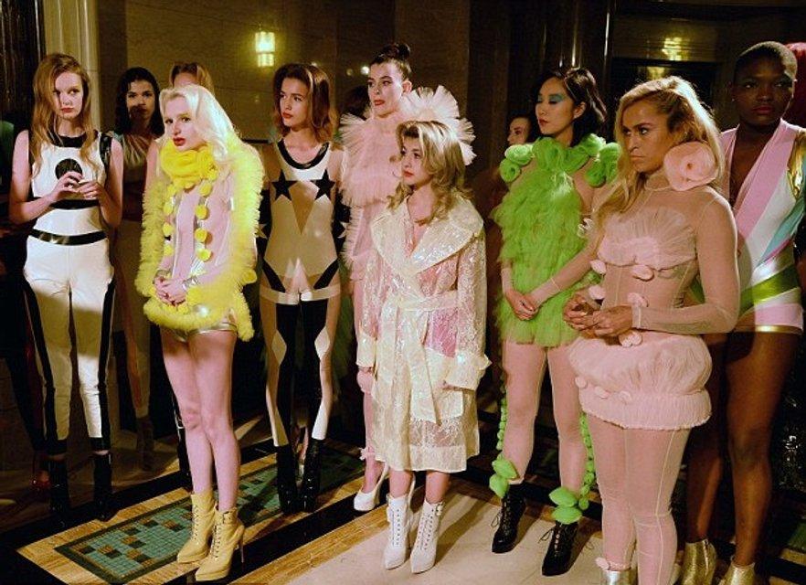 Элис Деллал произвела фурор на открытии Недели моды в Лондоне - фото 74231