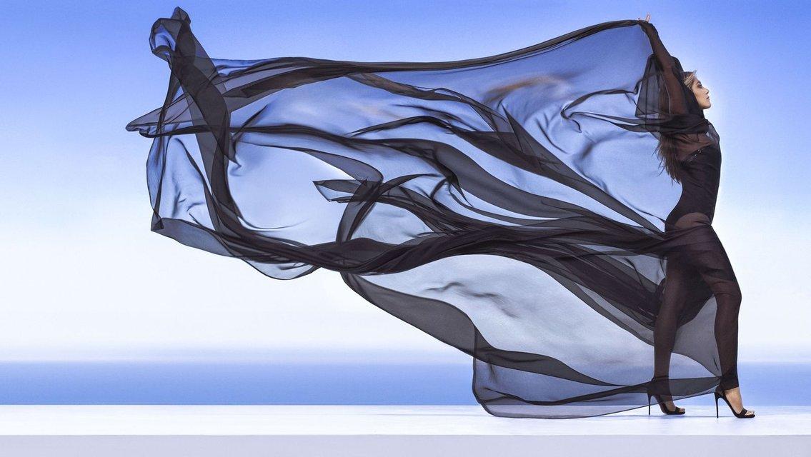 Дженнифер Энистон в платьях с декольте поделилась тайнами с модным глянцем - фото 74179