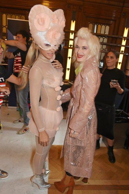 Элис Деллал произвела фурор на открытии Недели моды в Лондоне - фото 74226