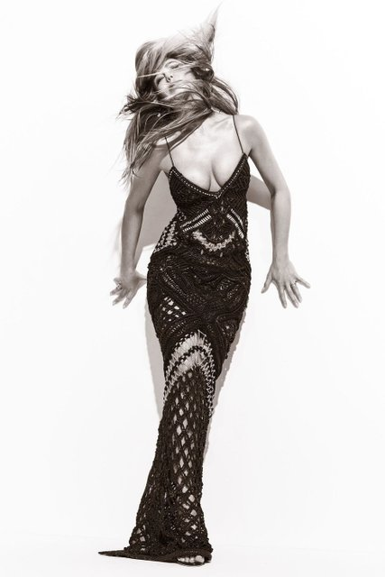 Дженнифер Энистон в платьях с декольте поделилась тайнами с модным глянцем - фото 74181