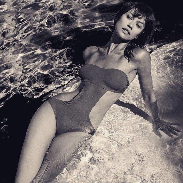 Ольга Куриленко засыпала фолловеров пикантными фото в купальнике - фото 73671