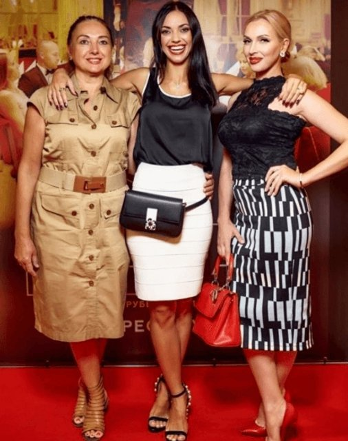 Вика Смеюха с мамой сходила в кино - фото 75727