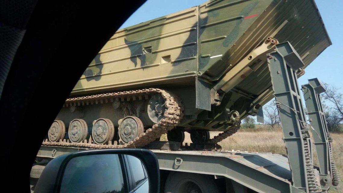 Россияне перебросили к Луганску три колонны специализированной военной техники - фото 74140