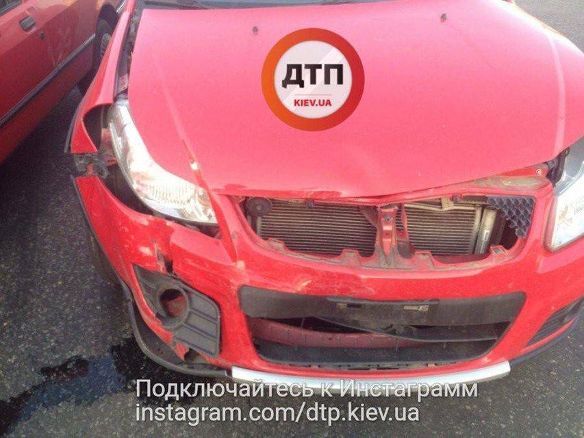 Водитель без страховки устроил ДТП с пострадавшими в Киеве - фото 73684