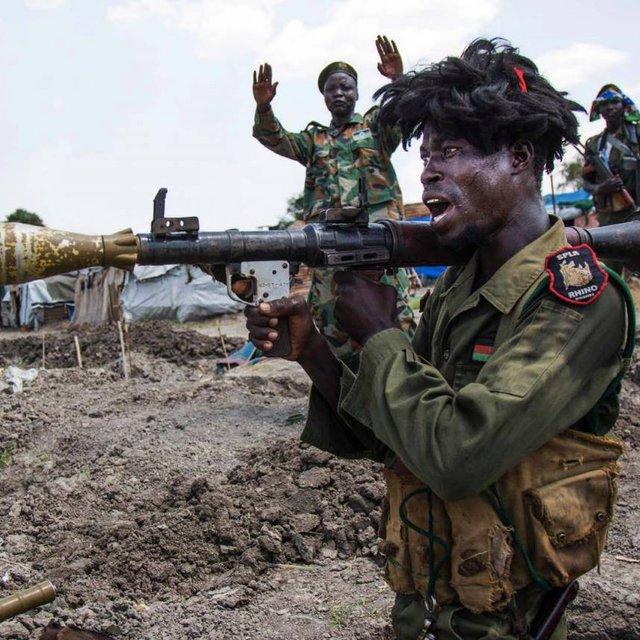 Повстанец из Южного Судана использует  RPG-7 в 2016 году - фото 76366