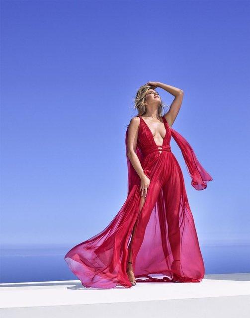 Дженнифер Энистон в платьях с декольте поделилась тайнами с модным глянцем - фото 74178
