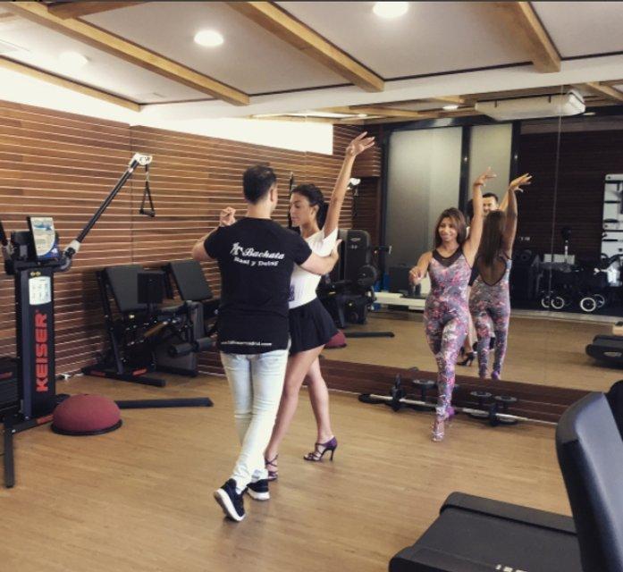 Девушка Роналду продолжает танцы с круглым животиком - фото 76012