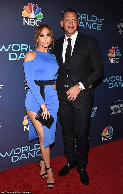 Дженнифер Лопес блистала в элегантном платье на премьере в Голливуде - фото 75417