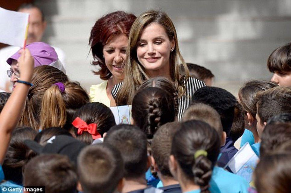 Королева Летиция в элегантном наряде приехала в школу - фото 75100