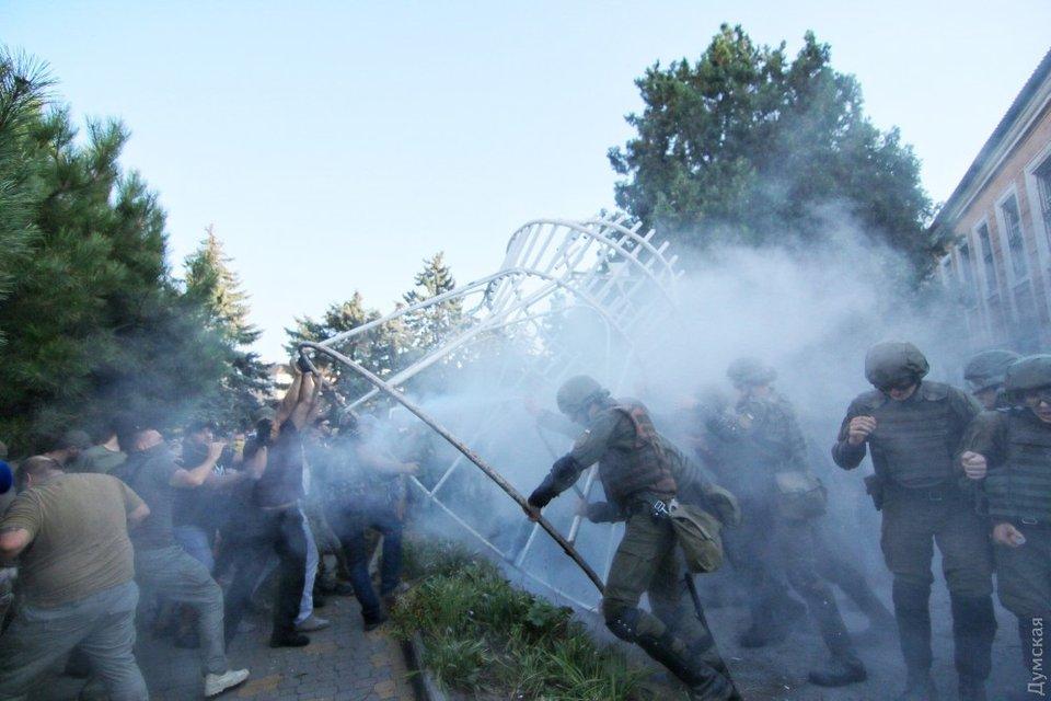 Активисты пытались не дать увезти участников трагедии 2 мая из суда - фото 74784