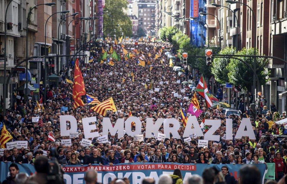 Демонстрация поддержки каталонцам в Бильбао (Страна басков) - фото 75911
