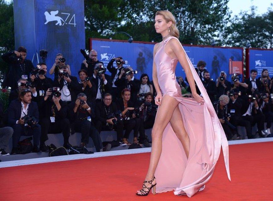 Венецианский кинофестиваль 2017: Модель Стелла Максвелл переборщила с разрезом платья - фото 71957