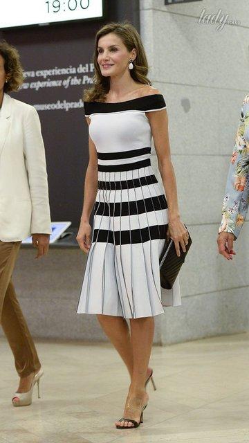 В плиссированном платье с открытыми плечами: Испанская королева Летиция в новом образе - фото 73067