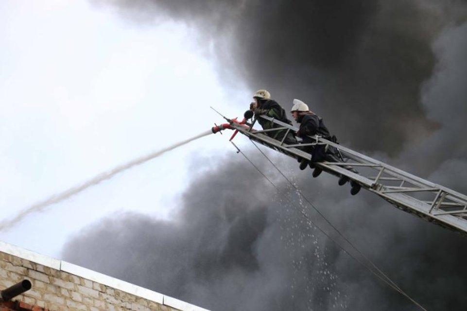 В Харькове ликвидировали пожар на заводе по производству упаковочных материалов - фото 71157