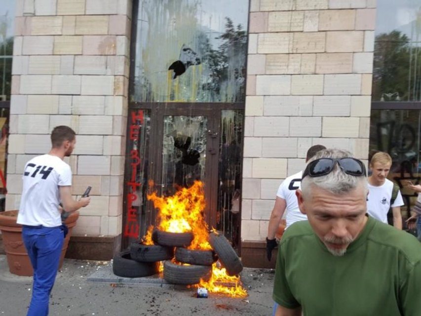 Магазин, где стерли граффити времен Майдана, опустошили и приставили к нему охрану - фото 71339