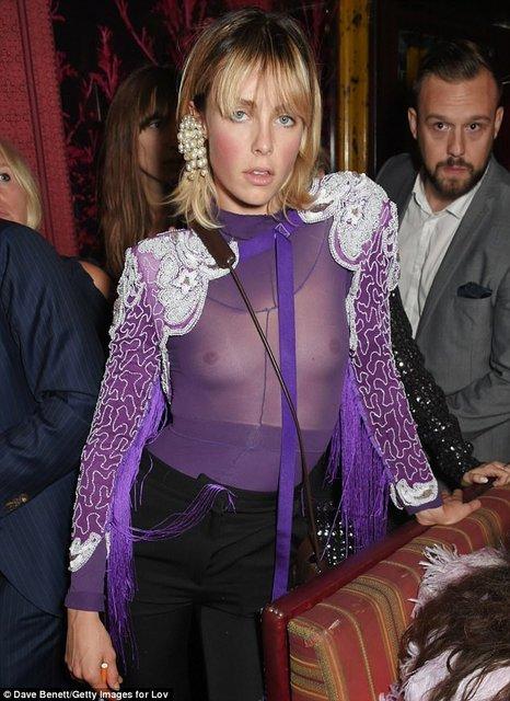 Эди Кэмпбелл засветила грудь в откровенном наряде - фото 75091
