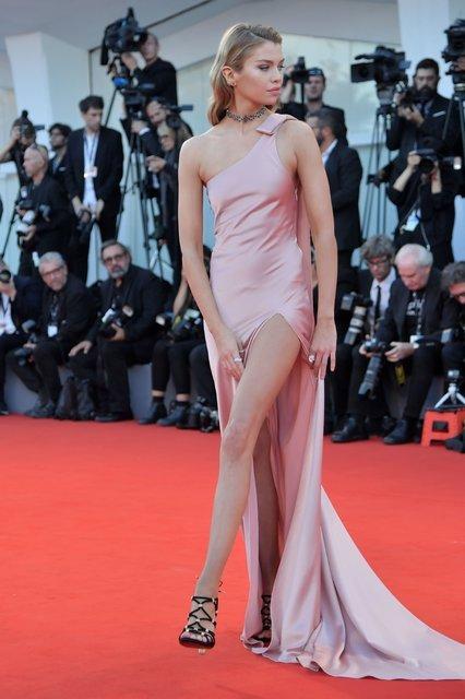 Венецианский кинофестиваль 2017: Модель Стелла Максвелл переборщила с разрезом платья - фото 71956