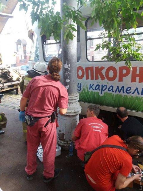 В центре Одессы трамвай переехал девушку - фото 73088