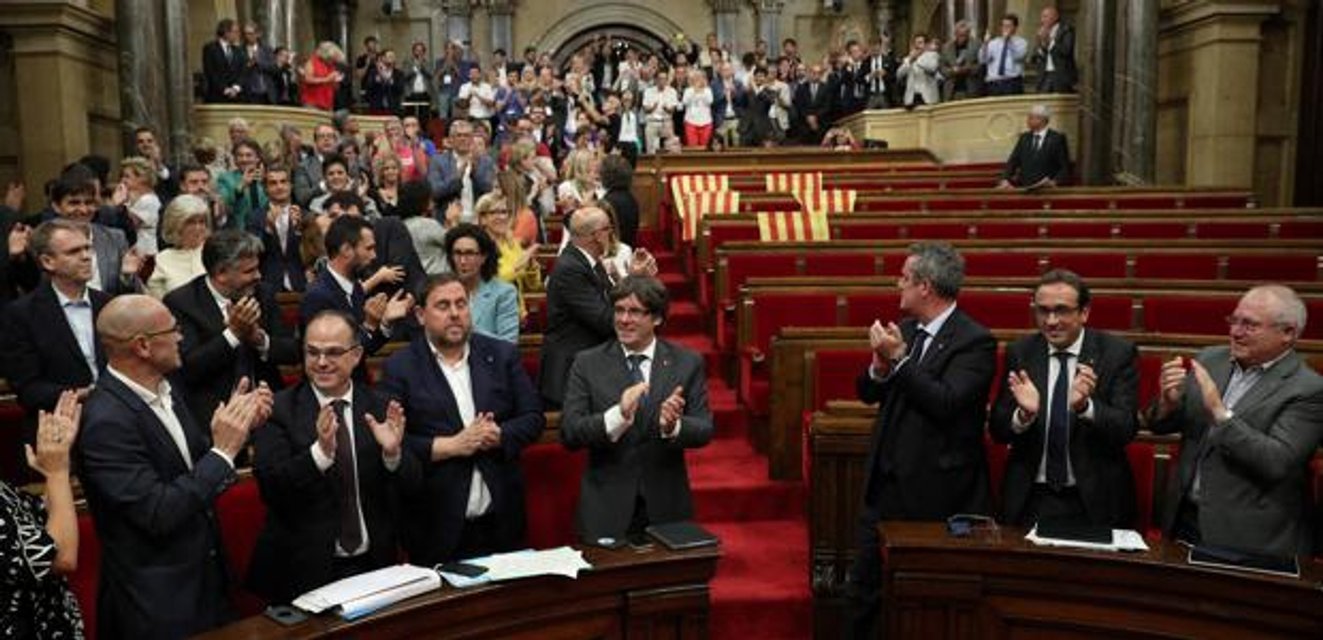 Парламент Каталонии принимает закон про референдум - фото 75912
