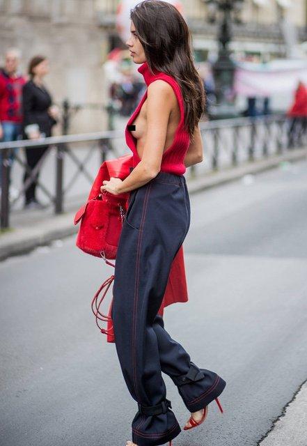 Сара Кампайо обнажила грудь в Париже - фото 77541