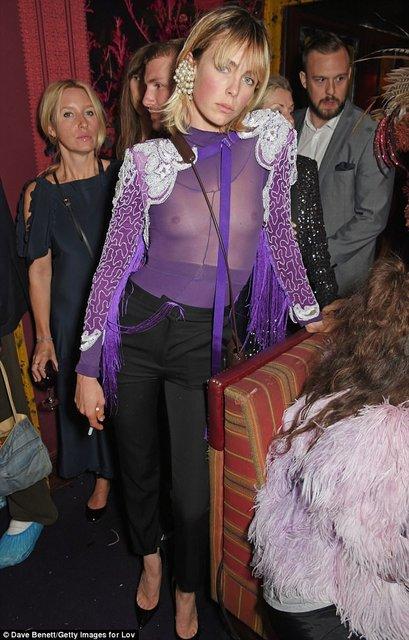 Эди Кэмпбелл засветила грудь в откровенном наряде - фото 75092