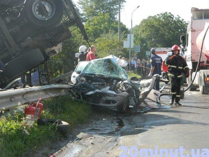 Серьезное ДТП: В Тернополе перевернулся бензовоз, есть жертвы - фото 70969