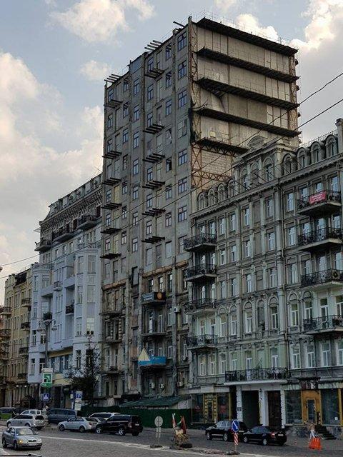 В Киеве рядом с магазином мебели, который стер граффити, завалился дом - фото 73126