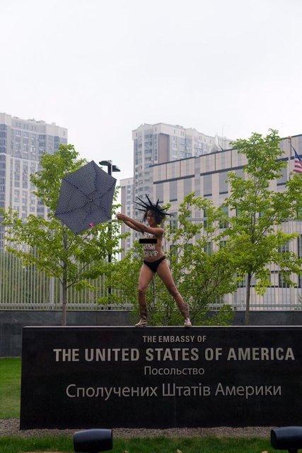 Голая активистка FEMEN пришла под посольство США в Киеве - фото 73580