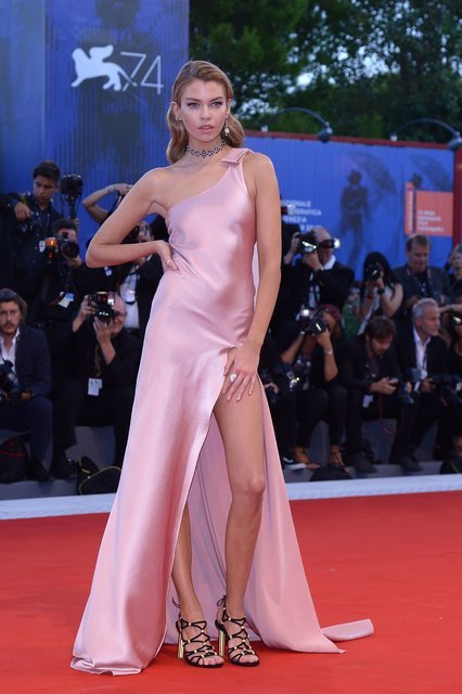 Венецианский кинофестиваль 2017: Модель Стелла Максвелл переборщила с разрезом платья - фото 71959