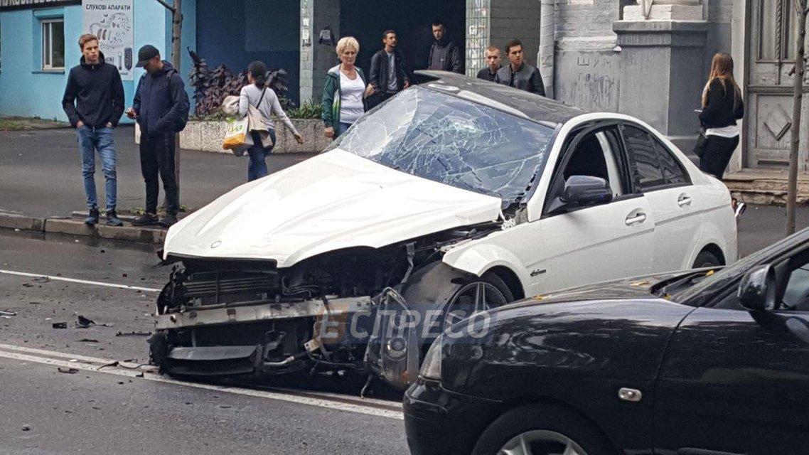 В Киеве Mersedes влетел в Audi, есть пострадавшие - фото 75312