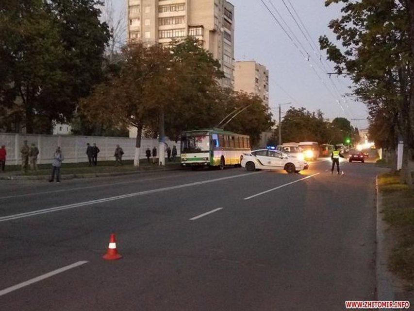 Микроавтобус снес троих школьников на пешеходном переходе в Житомире - фото 77045