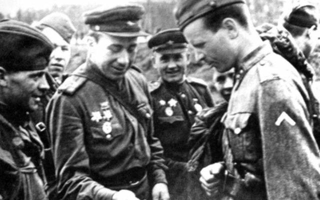 После прекращения боевых действий в районе Выборга финские и советские офицеры сверяют время - фото 75044