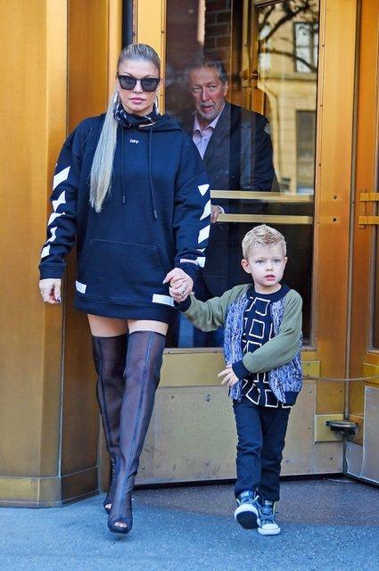 Ферги забыла надеть шорты и прогулялась Нью-Йорком в худи - фото 76629
